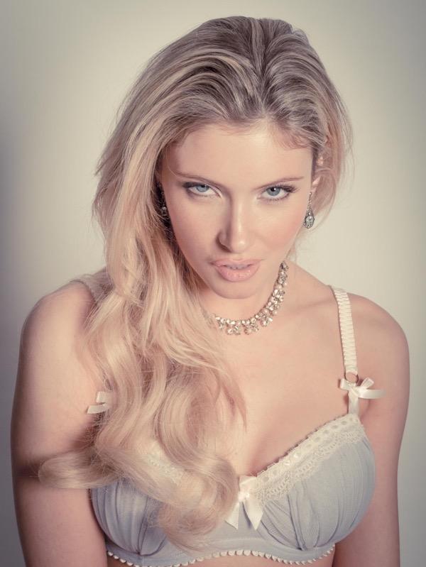 blondinka-seksualnie-i-krasivie-volosi-2015-15
