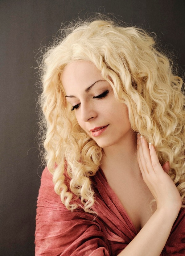 blondinka-seksualnie-i-krasivie-volosi-2015-24