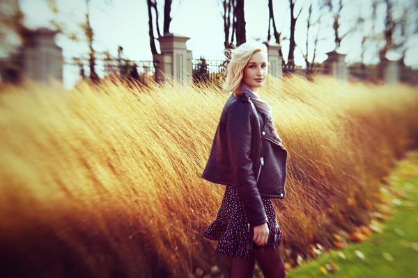 blondinka-seksualnie-i-krasivie-volosi-2015-29