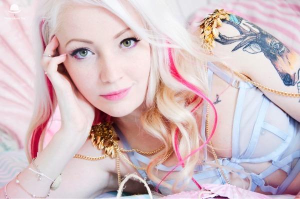 blondinka-seksualnie-i-krasivie-volosi-2015-39