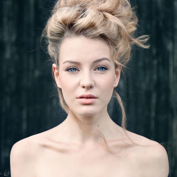 blondinka-seksualnie-i-krasivie-volosi-2015-40