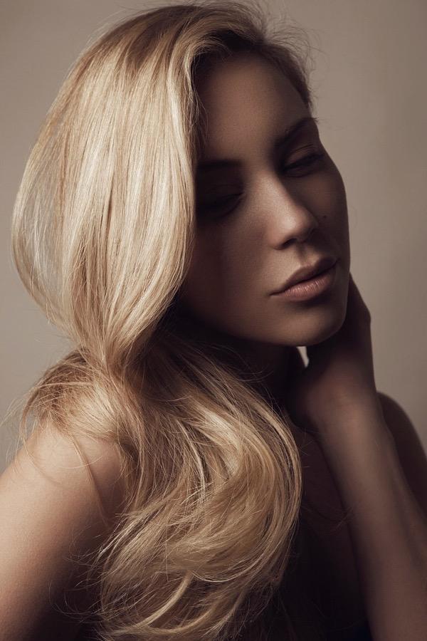 blondinka-seksualnie-i-krasivie-volosi-2015-75