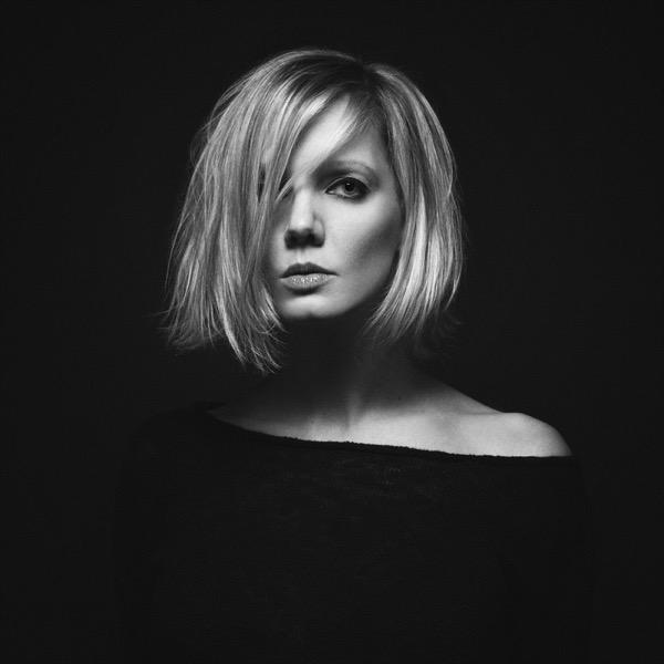 blondinka-seksualnie-i-krasivie-volosi-2015-85