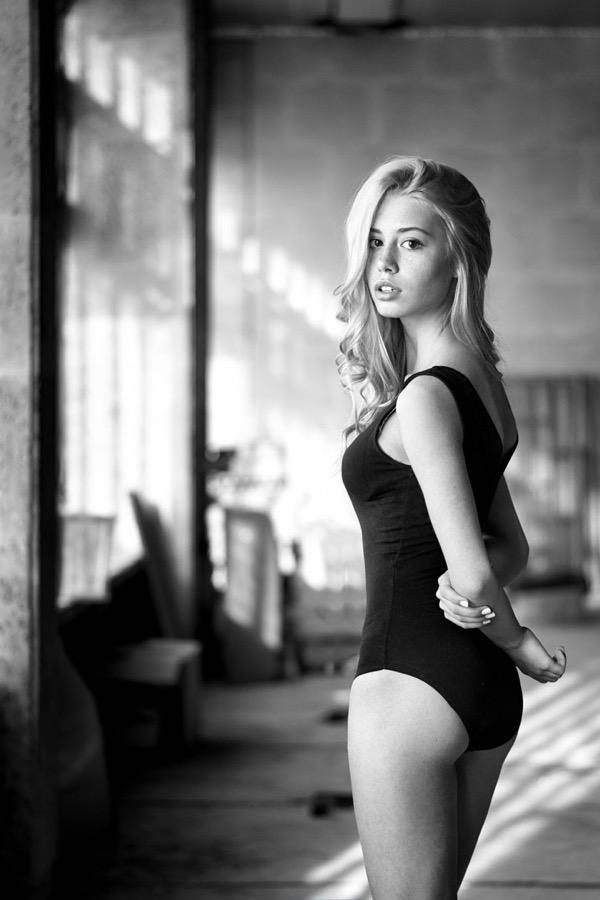 blondinka-seksualnie-i-krasivie-volosi-2015-99