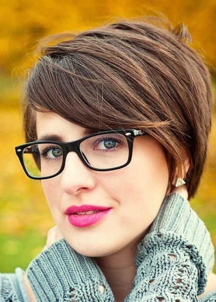 Прически на короткие волосы с очками