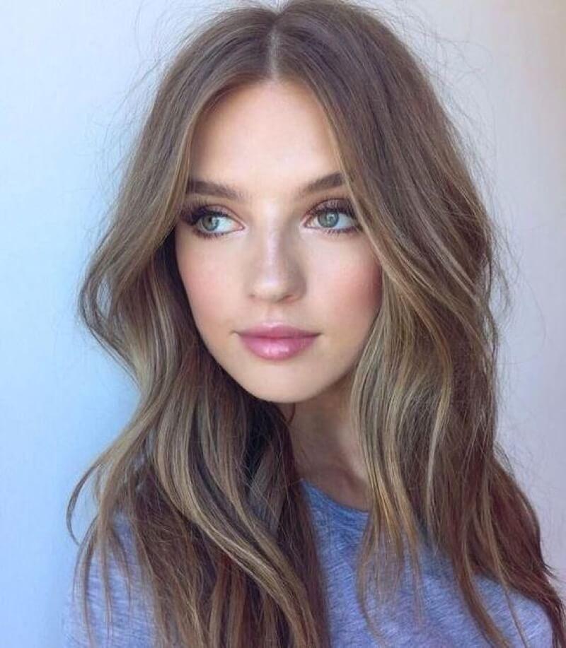 Картина красивой девушки с русыми волосами
